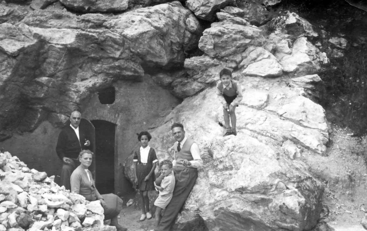 Albino Berardi e la famiglia sull'area della sorgente. La galleria è completa